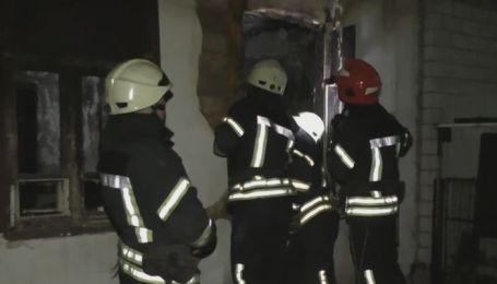 У Житомирі двоє людей загинули у пожежі в багатоквартирній одноповерхівці