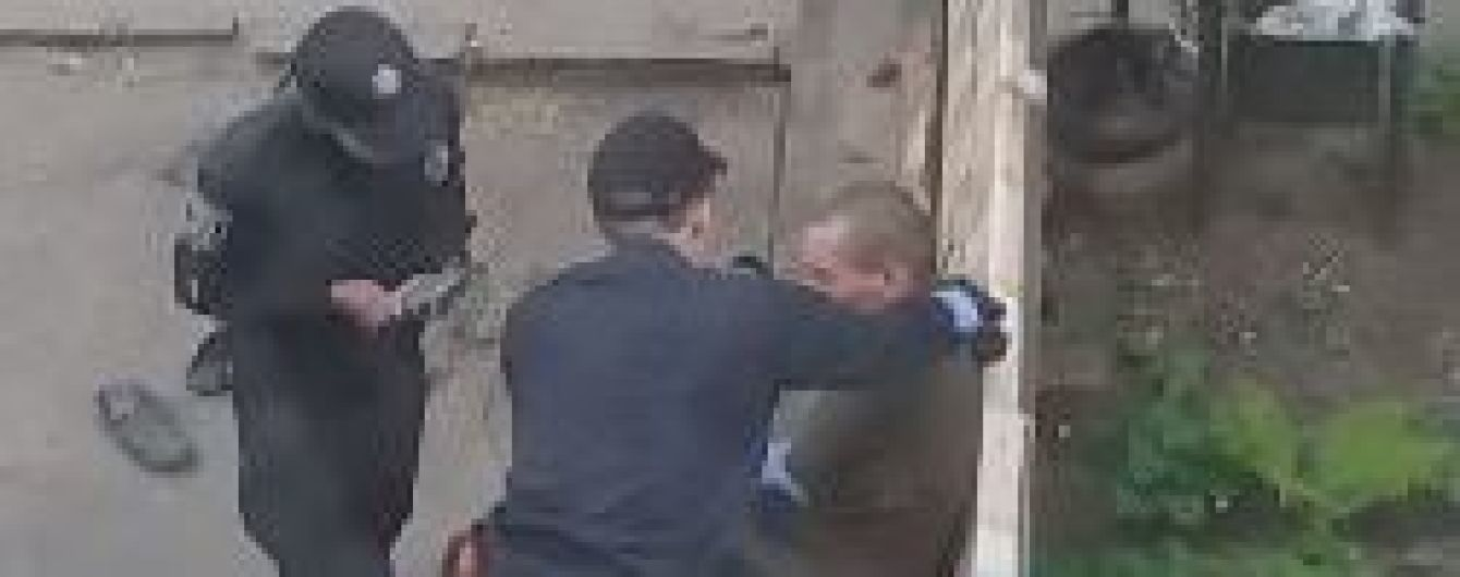 В Сумах патрульную приговорили к тюрьме за издевательство над выпившим мужчиной