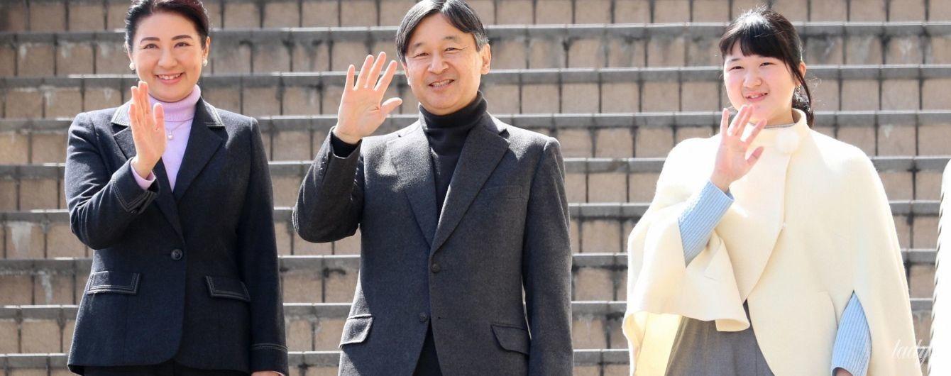В молочном кейпе и с меховой сумочкой: японская принцесса Тоси в объективах фотографов
