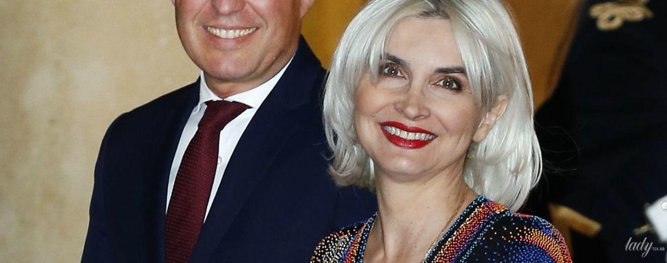 В платье с экстремальным разрезом: жена министра экологии Франции удивила внешним видом на государственном ужине