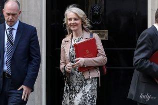 В питоновом платье и замшевых ботильонах: эффектный аутфит главного секретаря казначейства Великобритании