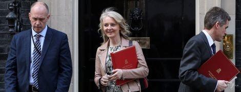 У пітоновій сукні і замшевих ботильйонах: ефектний аутфіт головного секретаря казначейства Великої Британії