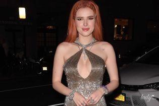 Белла Торн подчеркнула пышную грудь красивым вечерним платьем
