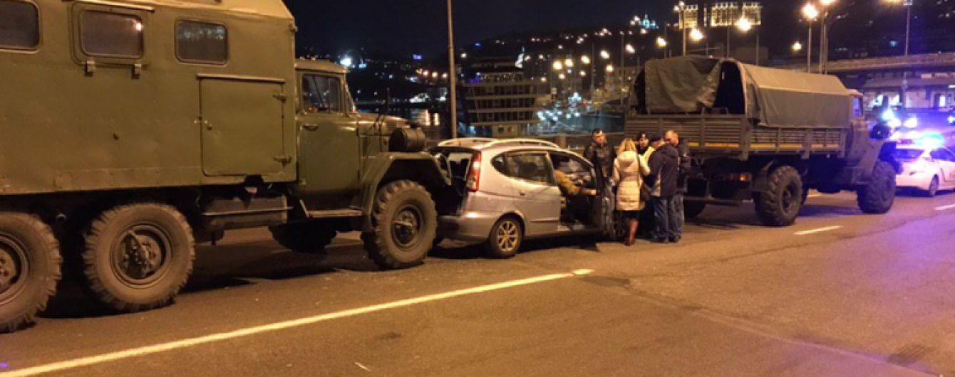 У Києві військова вантажівка протаранила легковик із дитиною