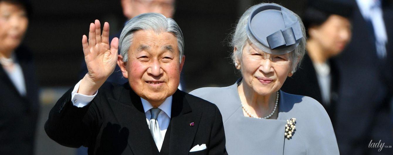 Теперь в сизом: императрица Митико в элегантном костюме отправилась в тур по мавзолеям