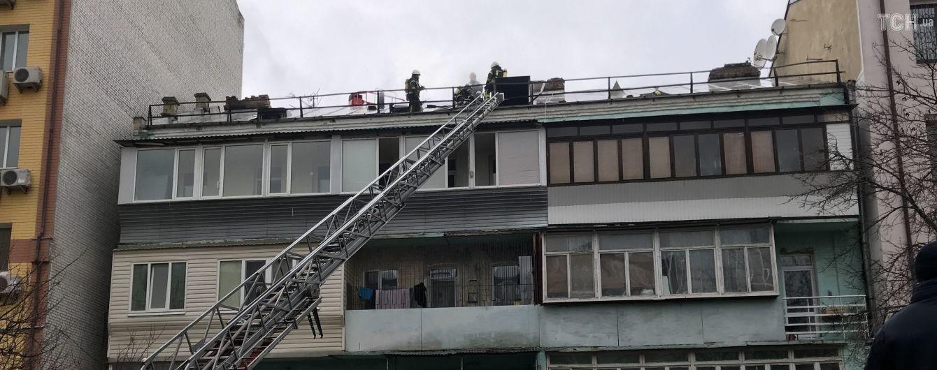 На столичном Подоле горел хостел в старом доме