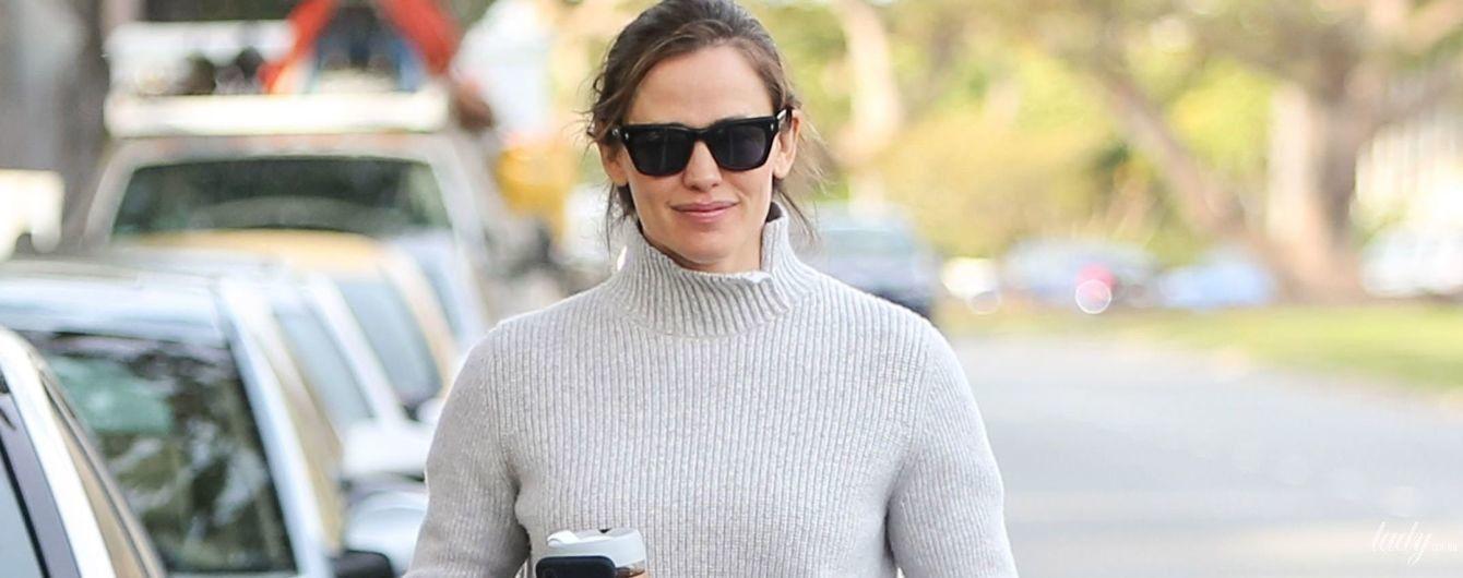 В светрі і босоніжках: Дженніфер Гарнер на прогулянці в Лос-Анджелесі