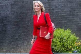 В любимом цвете: главный секретарь казначейства Великобритании Элизабет Трасс повторила образ