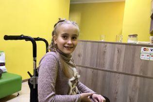 Через стрімкий ріст і вроджену ваду Вероніка опинилась у інвалідному візку: їй потрібна операція