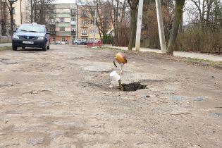 """У центрі Чернівців провалля """"перекрили"""" чайником на палиці"""