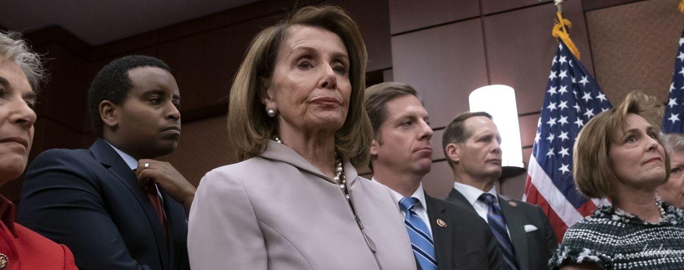 У штанному костюмі і з перлами: 79-річна спікер Палати представників США на роботі