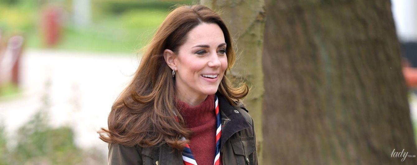 Герцогиня Кембриджская в стильном повседневном образе посетила лагерь скаутов