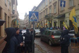 """Активисты на """"евробляхах"""" заблокировали таможню во Львове"""