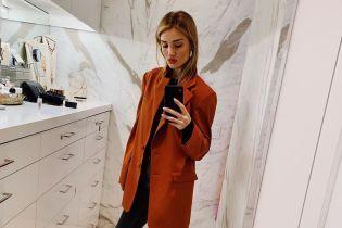 В пиджаке и белых сапогах: Рози Хантингтон-Уайтли показала стильный образ