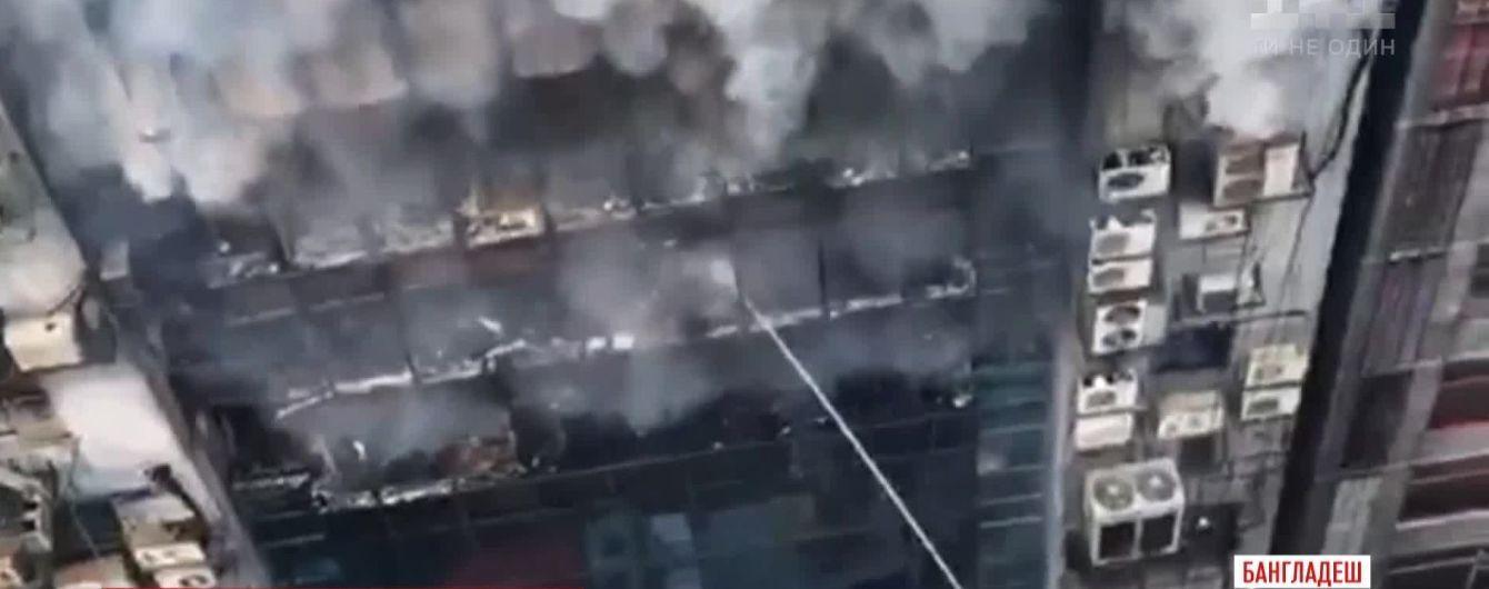 У Бангладеш спалахнув офісний центр: люди стрибали з вікон