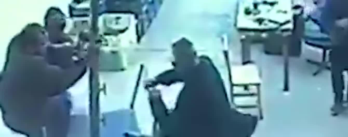 Відео, на якому чоловіка знесло вітром разом із величезною парасолею, стало вірусним