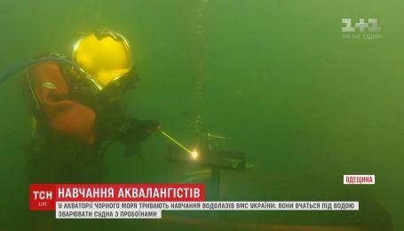 Біля Одеси військові водолази вчаться латати під водою пробоїни суден