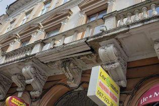 """""""Отреставрированный"""" досками балкон в Черновцах и мужчина, который взлетает на зонте. Тренды Сети"""