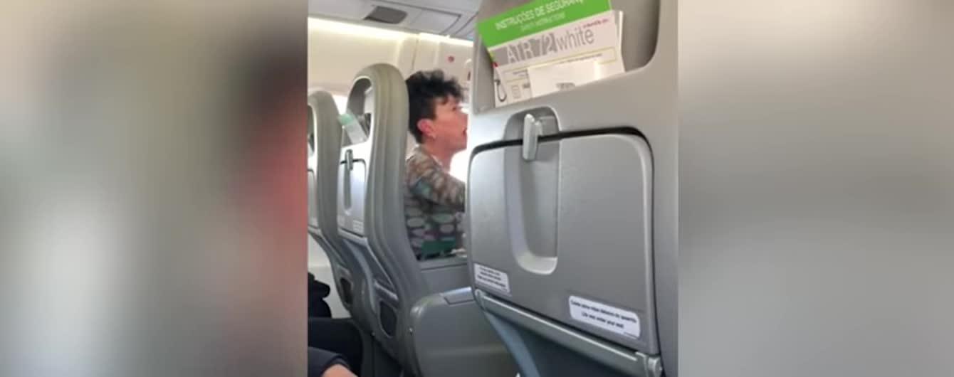 """""""Була схожа на демона"""": п'яна пасажирка влаштувала бешкет у літаку"""
