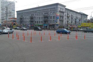 В Киеве установили новые делиниаторы на проспекте Победы
