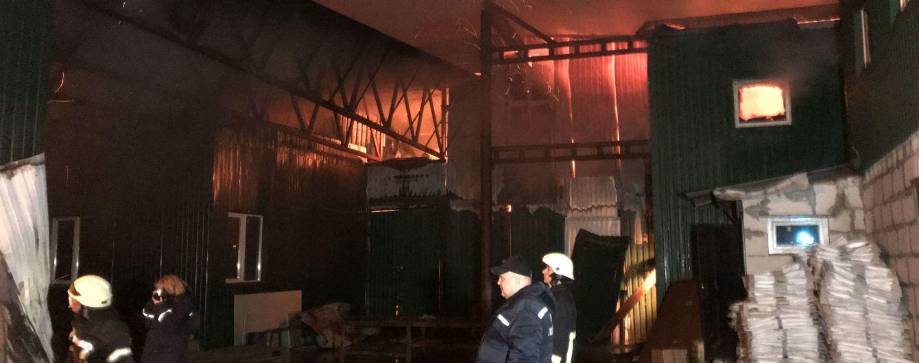 На Киевщине масштабный пожар охватил предприятие по изготовлению армейской одежды