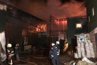 В результате масштабного пожара на складах на Киевщине пострадал один человек