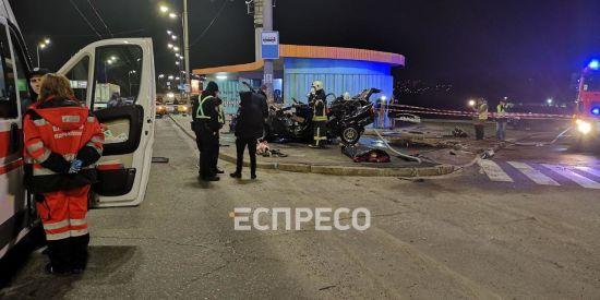 У Києві автомобіль на великій швидкості вилетів з дороги та врізався в електроопору: загинув пасажир