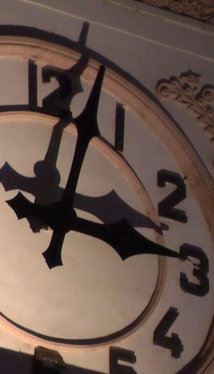На час вперед: Украина переводит часы