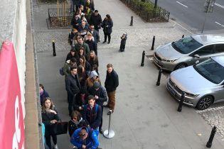 Українці за кордоном вишикувалися у довжелезні черги, щоб проголосувати на виборах