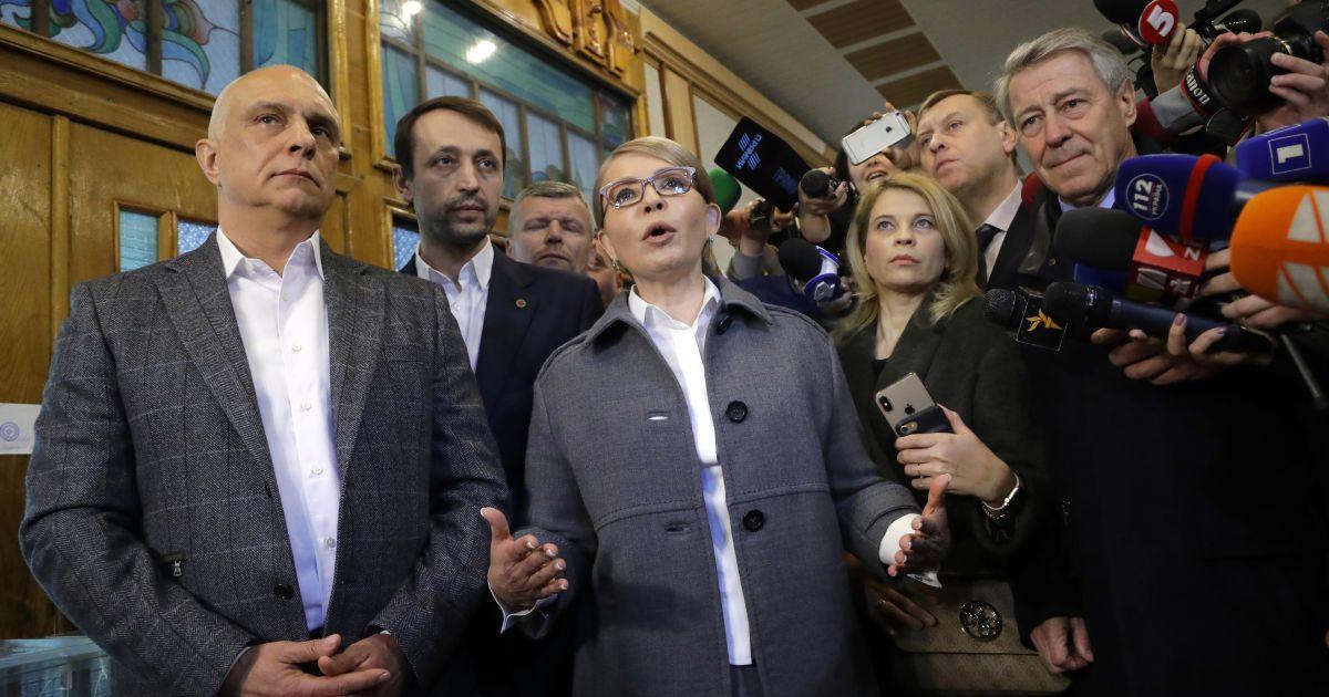 С мужем и цветами. Как голосовала Тимошенко