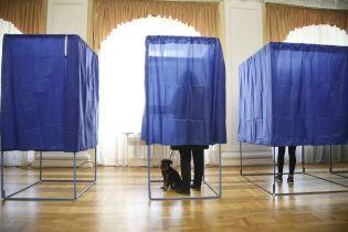 Выборы президента-2019 в фото: украинцы приходят на участки с детьми и собаками