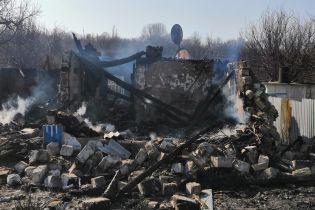 Снаряд боевиков полностью уничтожил дом пенсионеров на Луганщине