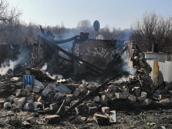 Снаряд бойовиків повністю знищив будинок пенсіонерів на Луганщині