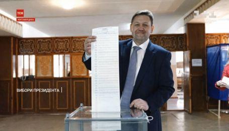 Фотографирование с бюллетенями и сломанные урны: что происходит на избирательных участках в Украине