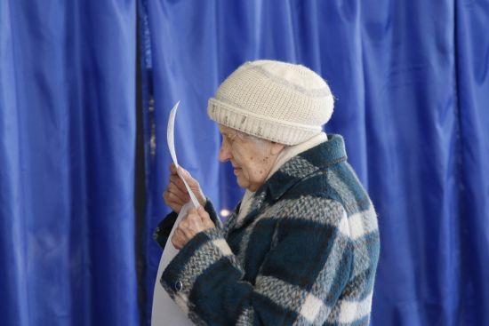 Другий тур виборів: на перереєстрацію місця голосування знову вишикувались черги