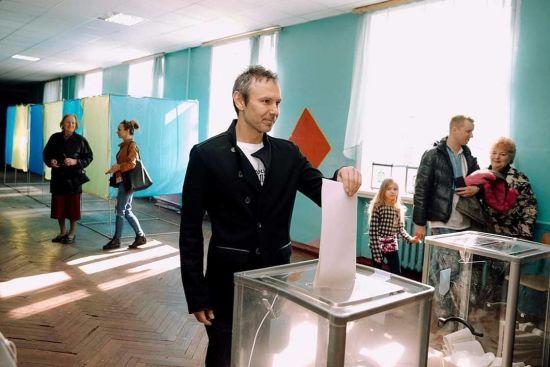 Вакарчук закликав українців прийти на дільниці у вишиванках