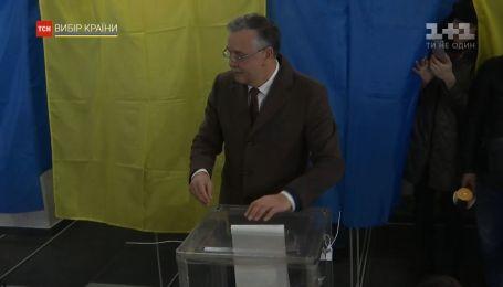 Голосування кандидатів у президенти: скандали, порушення закону та неймовірна кількість фотокамер