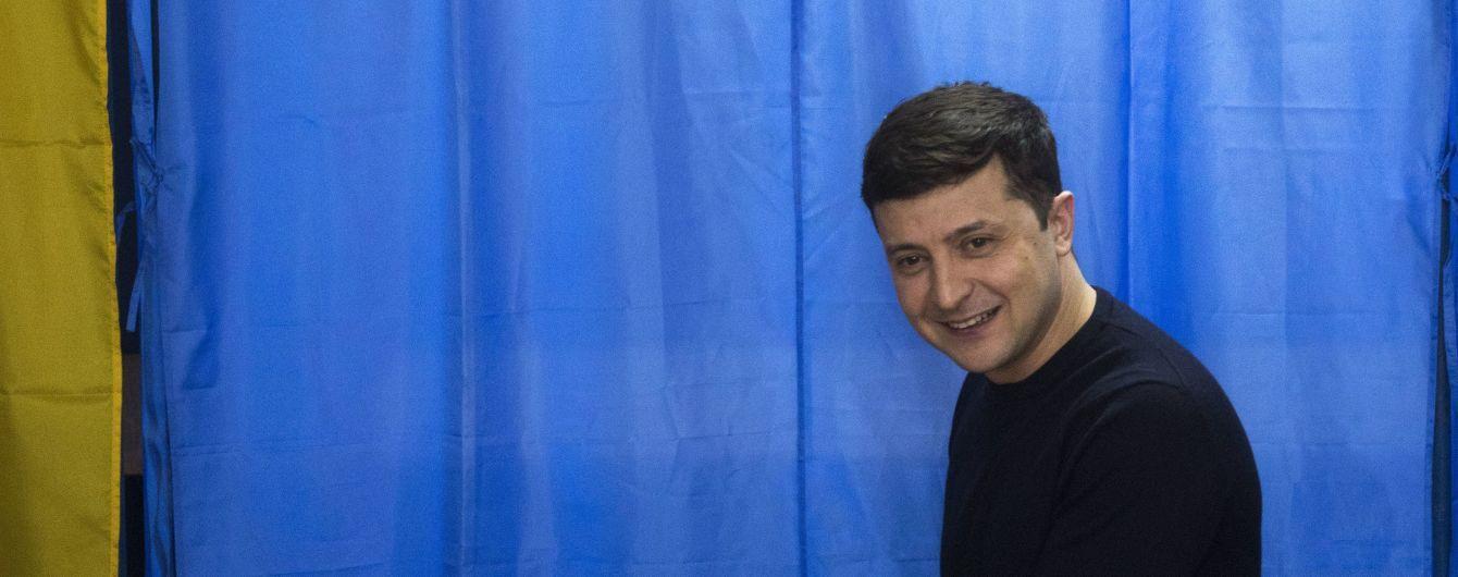 Вино, игры и картонный Янукович. Что происходит в штабе Зеленского