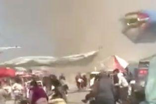 В Китае пылевой вихрь снес батут с детьми: есть погибшие и десятки пострадавших