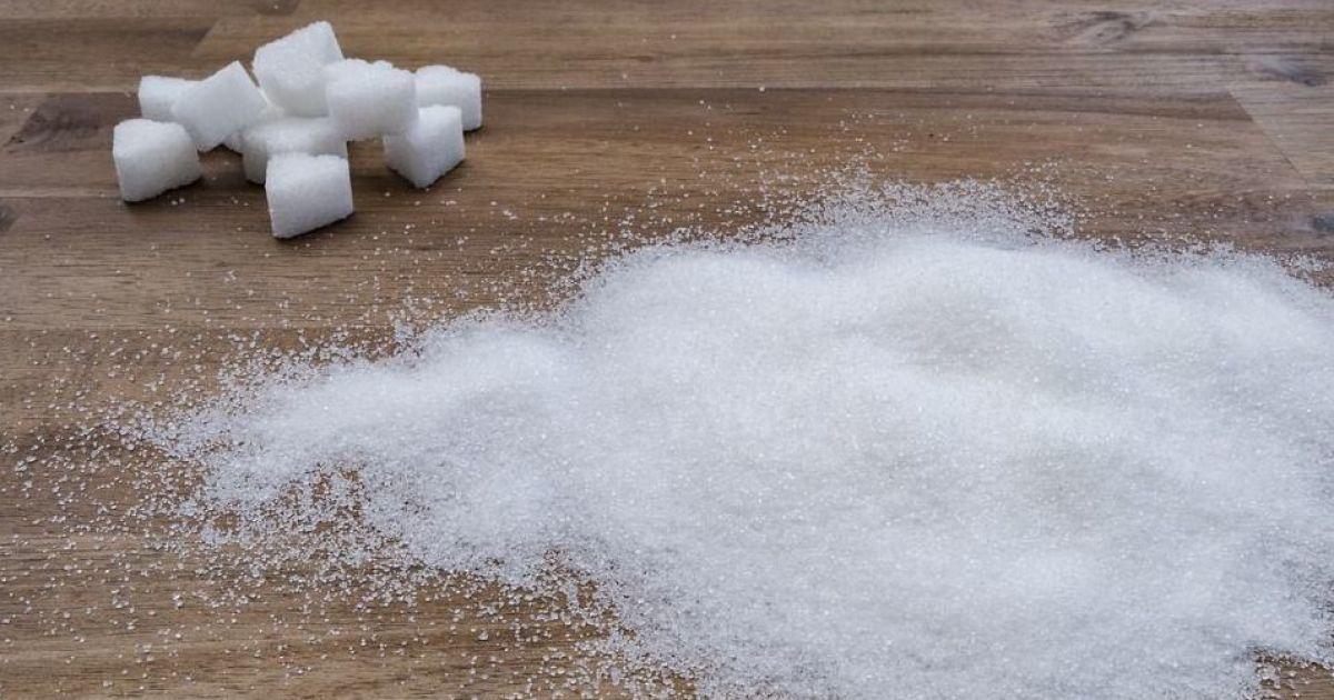 Деякі магазини запровадили лімітований продаж цукру, який і без того стрімко здорожчав: у чому причина