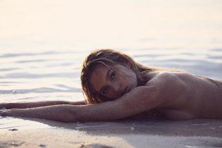 """Очень откровенно: """"ангел"""" Роми Стридж обнаженной позировала на пляже"""