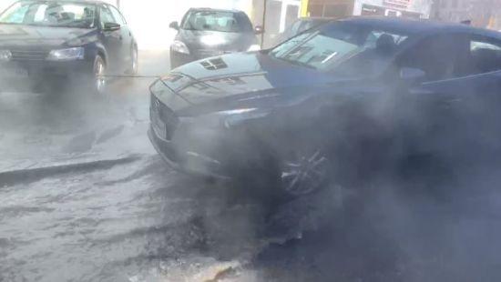 У центрі Києва масштабно прорвало трубу з окропом
