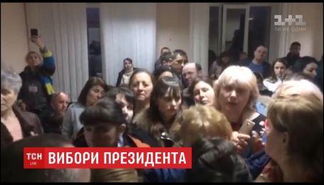 На Буковині ледь не почубились голови виборчих дільниць