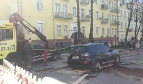 В Киеве от прорыва трубы провалился асфальт с припаркованным внедорожником