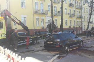 У Києві від прориву труби провалився асфальт із припаркованим позашляховиком