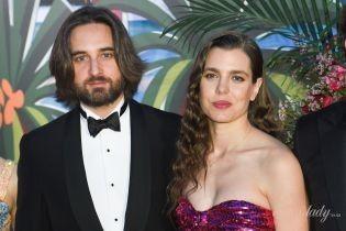 Показала декольте: Шарлотта Казираги в откровенном платье и с возлюбленным посетила Бал Роз