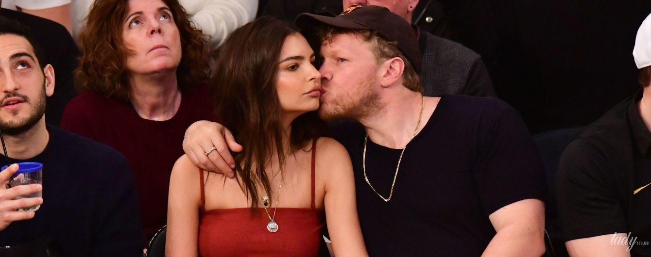 Обнимались и целовались: Эмили Ратажковски с мужем пришли на баскетбольный матч