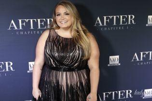 Пышная и прекрасная: знаменитая писательница в полупрозрачном платье позировала на премьере
