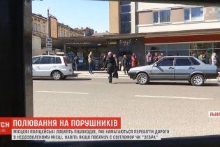 """У Львові копи влаштували """"полювання"""" на пішоходів, які кидаються під колеса"""