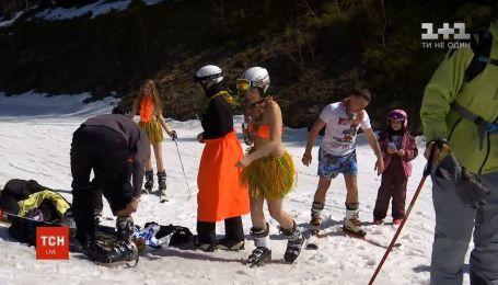 Сотни лыжников и сноубордистов на Буковеле приняли участие в гавайской вечеринке